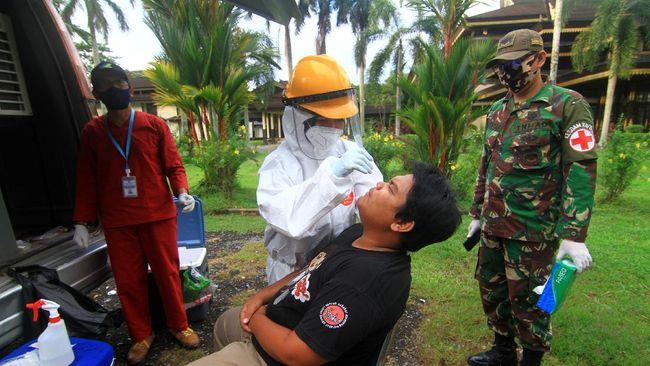 Petugas medis melakukan tes SWAB terhadap pengendara sepeda yang terjaring razia kepatuhan penggunaan masker di Jalan Ahmad Yani, Pontianak, Kalimantan Barat, Senin (6/7/2020). Dalam razia yang digelar tim gabungan Dinas Kesehatan Provinsi Kalbar, Kodim 1207/BS Pontianak serta Polresta Pontianak tersebut pengendara sepeda dan pengendara motor yang tidak menggunakan masker harus menjalani tes usap atau SWAB Test COVID-19. ANTARA FOTO/Jessica Helena Wuysang/hp.