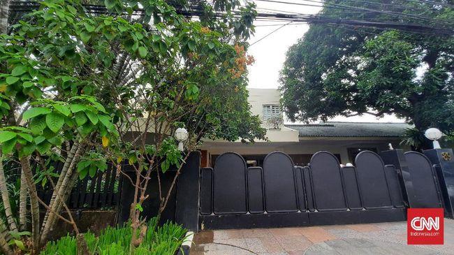 Kediaman atau rumah buronan kasus korupsi pengalihan hak tagih (cessie) Bank Bali, Djoko Tjandra di Simprug, Kebayoran Lama, Jakarta Selatan tengah dalam proses renovasi kurang dari sebulan terakhir.