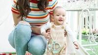 <p>Penampilan Claire seperti ini sangat menggemaskan ya. Masih bayi kok stylish banget sih! (Foto: Instagram @shandyaulia)</p>