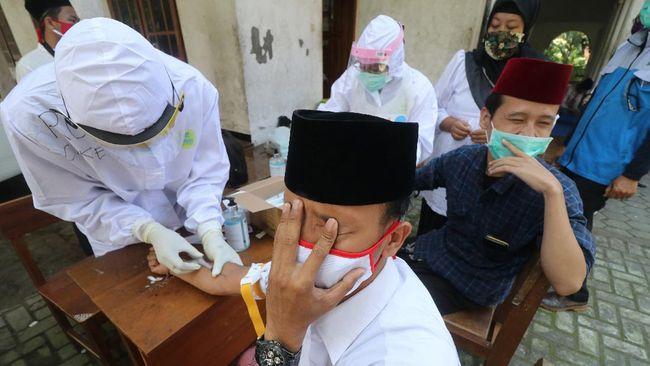 Dua orang santri mengikuti rapid test atau tes cepat COVID-19 di pondok pesantren Al-Amien, Kota Kediri, Jawa Timur, Selasa (1/7/2020). Gugus tugas percepatan penanganan COVID-19 daerah setempat melakukan rapid test secara acak kepada santri di sejumlah pondok pesantren sebagai tahapan menuju era normal baru. ANTARA FOTO/Prasetia Fauzani/aww.