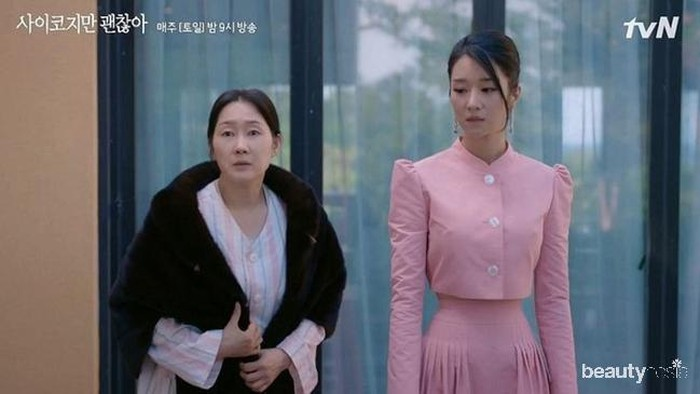 Drama Korea It's Okay to Not Be Okay' yang diperankan oleh Seo Ye Ji sudah memasukin episode ke-6. Rupanya, ada yang mencuri perhatian penonton, yaitu pinggang kecilnya. Dalam episode tersebut ada adegan di mana Seo Ye Ji mengenakan crop top lengan panjang dan long skirty pink.Penonton pun dibuat takjub dengan pinggang wanita 30 tahun ini. Blouse crop dengan potongan mengecil ke bawah itu mengaksentuasi pinggang Seo Ye Ji serta badannya yang memang sangat ramping.(Foto: dok TVN)