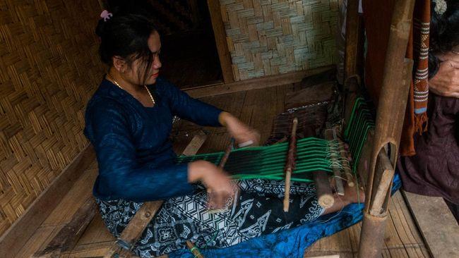Warga Suku Baduy Luar menenun kain khas Baduy di Desa Kanekes, Lebak, Banten, Senin (29/6/2020). Warga Suku Baduy Luar masih memproduksi kain tenun khas baduy meskipun permintaannya menurun akibat sepi wisatawan yang berkunjung ke wisata Suku Baduy. ANTARA FOTO/Muhammad Bagus Khoirunas/wsj.