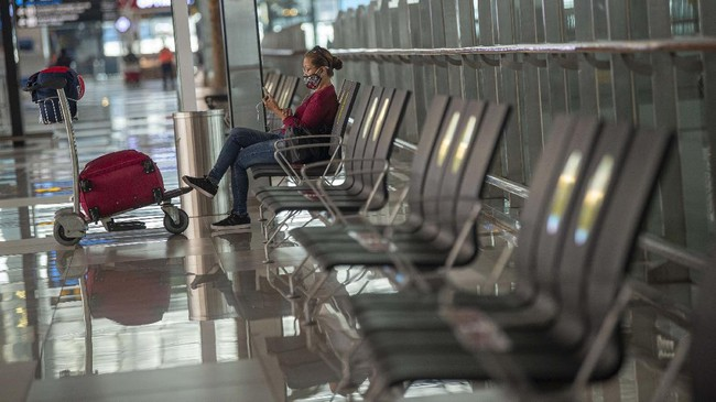 Calon penumpang pesawat duduk menanti jadwal pesawat di Terminal 3 Bandara Internasional Soekarno-Hatta, Tangerang, Banten, Kamis (9/7/2020). Meski penerbangan telah kembali dibuka dengan persyaratan  seperti penumpang harus dengan memiliki hasil rapid atau PCR test negatif COVID-19, suasana di Bandara Soekarno Hatta masih terpantau sepi. ANTARA FOTO/Aditya Pradana Putra/aww.