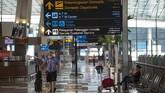 Calon penumpang berjalan di Terminal 3 Bandara Internasional Soekarno-Hatta, Tangerang, Banten, Kamis (9/7/2020). Meski penerbangan telah kembali dibuka dengan persyaratan  seperti penumpang harus dengan memiliki hasil rapid atau PCR test negatif COVID-19, suasana di Bandara Soekarno Hatta masih terpantau sepi. ANTARA FOTO/Aditya Pradana Putra/aww.