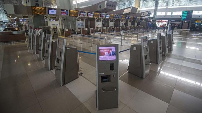 Suasana Terminal 3 Bandara Internasional Soekarno-Hatta terpantau sepi penumpang di Tangerang, Banten, Kamis (9/7/2020). Meski penerbangan telah kembali dibuka dengan persyaratan  seperti penumpang harus dengan memiliki hasil rapid atau PCR test negatif COVID-19, suasana di Bandara Soekarno Hatta masih terpantau sepi. ANTARA FOTO/Aditya Pradana Putra/aww.