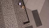Penumpang mendorong troli berisi tasnya di Terminal 3 Bandara Internasional Soekarno-Hatta, Tangerang, Banten, Kamis (9/7/2020). Meski penerbangan telah kembali dibuka dengan persyaratan  seperti penumpang harus dengan memiliki hasil rapid atau PCR test negatif COVID-19, suasana di Bandara Soekarno Hatta masih terpantau sepi. ANTARA FOTO/Aditya Pradana Putra/aww.