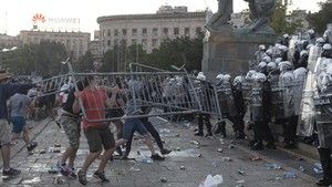 FOTO: Demo Tolak Lockdown di Serbia Berakhir Ricuh