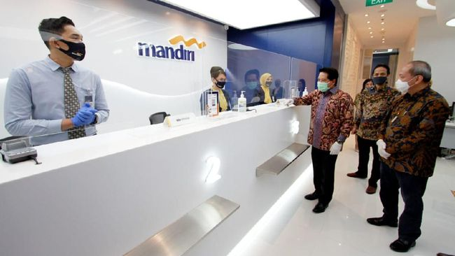 Bank Mandiri dan BTN mengurangi jam operasional mereka, termasuk bank swasta BCA, selama penerapan PPKM Mikro.