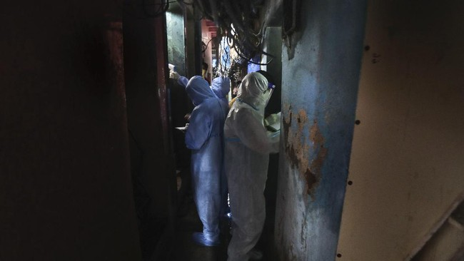 Health workers screen people for COVID-19 symptoms at a slum, in Mumbai, India, Wednesday, July 8, 2020. India has overtaken Russia to become the third worst-affected nation by the coronavirus pandemic. (AP Photo/Rafiq Maqbool)