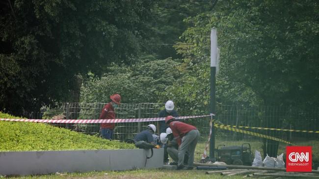Aktivitas pekerja saat menyelesaikan proyek revitalisasi Plaza Selatan Monumen Nasional (Monas), Jakarta, Rabu, 9 Juli 2020. Proyek revitalisasi yang menelan biaya Rp71 miliar dan sempat menuai polemik tersebut kini hampir rampung.