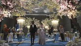 Pasangan pengantin mengenakan masker dalam simulasi pernikahan di era normal baru di Jakarta, Kamis (9/7/2020). Simulasi itu dilakukan dengan protokol COVID-19 yang ketat. ANTARA FOTO/Akbar Nugroho Gumay/nz