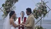Pasangan pengantin menjalani prosesi pemberkatan saat simulasi penyelenggaraan kegiatan pernikahan di kawasan Nusa Dua, Badung, Bali, Senin (6/7/2020). Kegiatan simulasi yang diselenggarakan Bali Wedding Association tersebut dilakukan sebagai upaya sosialisasi dan pedoman penyelenggaraan kegiatan pernikahan yang menerapkan protokol kesehatan pencegahan COVID-19 secara ketat selama masa normal baru. ANTARA FOTO/Fikri Yusuf/hp.