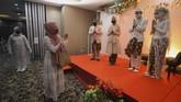 Tamu undangan memberikan ucapan selamat kepada pasangan pengantin Kumala dan Putri beserta keluarganya dengan menjaga jarak fisik saat simulasi resepsi pernikahan di masa normal baru di Hotel Royal Singosari Cendana, Surabaya, Jawa Timur, Senin (6/7/2020). Kegiatan simulasi resepsi pernikahan tersebut bertujuan untuk mengedukasi masyarakat tentang pentingnya penerapan protokol kesehatan dalam acara pernikahan guna mencegah penyebaran dan penularan COVID-19 di masa normal baru. ANTARA FOTO/Moch Asim/wsj.