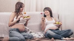 Ilustrasi ibu hamil sedang memakan makanan bergizi