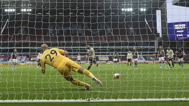 Manchester United's Bruno Fernandes scores his team's first goal from the penalty spot during the English Premier League soccer match between Aston Villa and Manchester United at Villa Park in Birmingham, England, Thursday, July 9, 2020. (AP Photo/Oli Scarff,Pool)