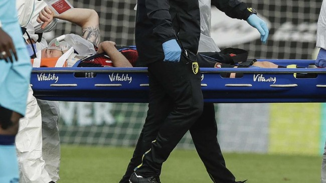 Bournemouth's Adam Smith leaves the pitch on a stretcher during the English Premier League soccer match between Bournemouth and Tottenham at the Vitality Stadium in Bournemouth, England, Thursday, July 9, 2020. (AP photo/Matt Dunham, Pool)