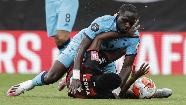 Bournemouth's Jefferson Lerma, bottom, is tackled by Tottenham's Moussa Sissoko during the English Premier League soccer match between Bournemouth and Tottenham at the Vitality Stadium in Bournemouth, England, Thursday, July 9, 2020.(AP photo/Matt Dunham, Pool)