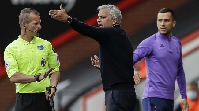 Tottenham's manager Jose Mourinho, center, gestures during the English Premier League soccer match between Bournemouth and Tottenham at the at Vitality Stadium in Bournemouth, England, Thursday, July 9, 2020. (AP photo/Matt Dunham, Pool)