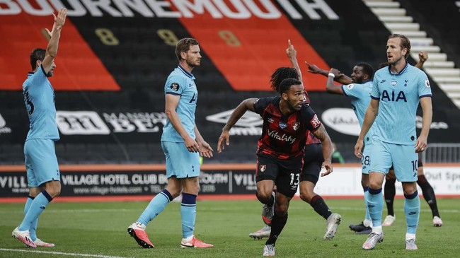 Bournemouth's Callum Wilson celebrates his goal before it was disallowed by VAR during the English Premier League soccer match between Bournemouth and Tottenham at the  Vitality Stadium in Bournemouth, England, Thursday, July 9, 2020.  (AP photo/Matt Dunham, Pool)