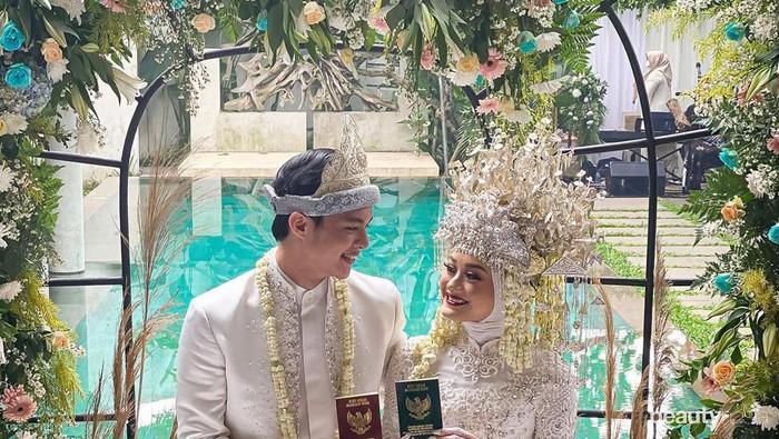 Menikah, Cantiknya Dinda Hauw Pakai Baju Adat Palembang dan Makeup Bold
