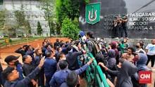 Protes Sanksi DO, Mahasiswa Unas Bakar Ban di Depan Kampus