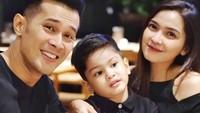 <p>Seringkali netizen menyebut mereka family goals. Setuju ya, Bunda? Semoga keluarga kecil Fatmasury Dahlan dan Afdhal Yusman selalu sehat ya. (Foto: Instagram @fatmasury_)</p>
