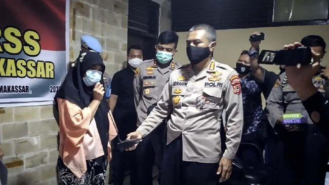 Ince Ni'matullah, ibu rumah tangga, pelaku penistaan agama di Makassar diamankan polisi.