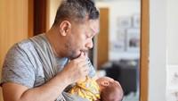Indra Brasco, yang biasa disapa yanda, mengaku sangat menikmati perannya sebagai ayah empat anak. (Foto: Instagram @indrabrasco)