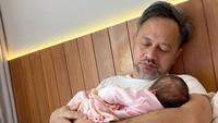 Enggak heran kalau suami Mona Ratuliu ini bersedia membantu mengurus bayi, yang katanya suka 'ngajak' begadang sang bunda. Sampai ketiduran tuh. (Foto: Instagram @monaratuliu)