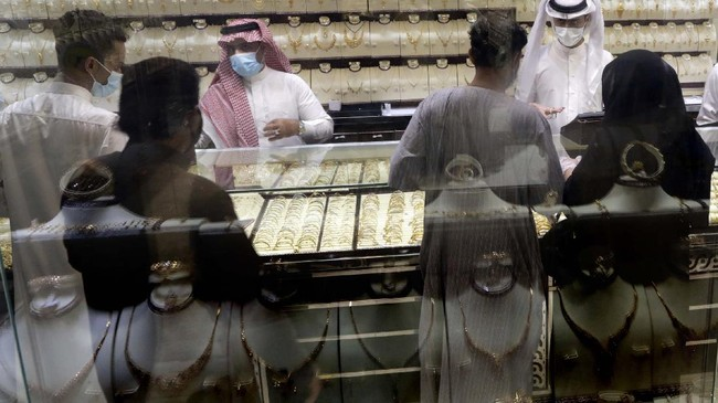 Saudis buy jewels at the gold market a day before the expected increase of VAT from 5% to 15%, in Jiddah, Saudi Arabia, Tuesday, June 30, 2020. (AP Photo/Amr Nabil)