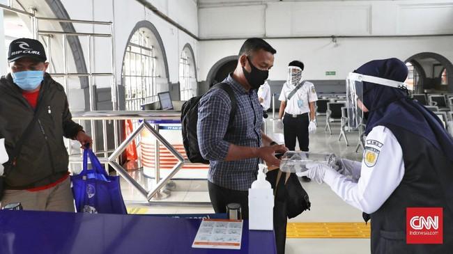Penumpang yang akan berangkat ke Surabaya menggunakan kereta api Kertajaya di Stasiun Senen, Jakarta, Jumat, 10 Juli 2020. PT KAI (Persero) kembali menambah 5 perjalanan Kereta Api (KA) Jarak Jauh di Area Daop 1 Jakarta untuk tujuan Bandung, Cirebon dan Surabaya yang diberangkatkan dari Stasiun Gambir dan Pasar Senen. Saat ini total menjadi 10 KA jarak jauh dari 5 KA jarak jauh yang sebelumnya telah dioperasikan secara bertahap sejak 12 Juni 2020 lalu di dua Stasiun yaitu Gambir dan Pasar Senen. CNN Indonesia/Safir Makki