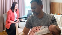 Bahkan saat Mona <em>working from home</em> (WFH), Indra Brasco dengan senang hati menggendong baby Numa. (Foto: Instagram @monaratuliu)