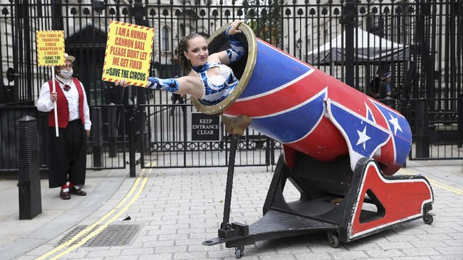 Circus performers of the Association of Circus Proprietors pose outside Downing Street in central London on July 7, 2020, as members deliver a letter to the Prime Minister calling for the right to reopen for their summer peak season, (Photo by ISABEL INFANTES / AFP)