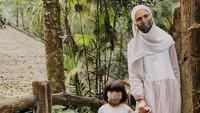 <p>Nycta Gina dan si kecil juga sudah mulai jalan-jalan di masa new normal nih, Bunda. Tapi tetap memperhatikan protokol kesehatan dengan mengenakan masker ya. (Foto: Instagram @missnyctagina)</p>