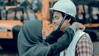 <p>Kalau yang ini foto kebersamaan mereka saat syuting film. Romantis ya, Bunda. (Foto: Instagram @anisarahma_12)</p>