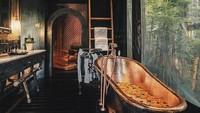 <p>Kamar mandi ini terisnpirasi dari estetika rute perdagangan rempah di abad ke-18. Terlihat dari furniture yang dilengkapi dengan bak tembaga nan estetik yang membutuhkan 100 jam dalam pembuatannya. (Foto: Instagram @capellaubud)</p>