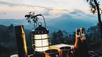 <p>Salah satu spot untuk tempat sarapan yang tawarkan pemandangan 'magis'. Tamu hotel bisa menyaksikan <em>sunrise</em> dari balik pegunungan, berselimut awan dan udara yang sangat bersih. (Foto: Instagram @capellaubud)</p>