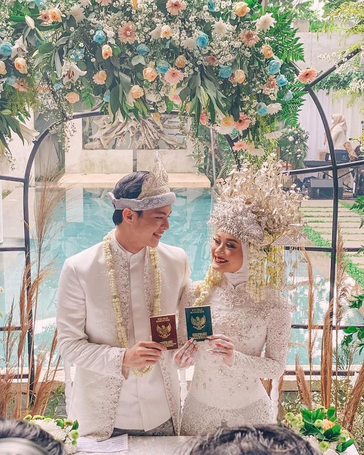 Dinda Hauw resmi menikah dengan Rey Mbayang pada Jumat (10/7/2020).Kisah cinta keduanya viral, karena dianggap sweet lewat proses ta'aruf. (Foto: Instagram @ananditodwis)