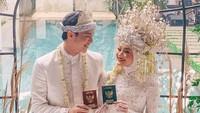 """<span style=""""color: #222222; font-family: Arial, Helvetica, sans-serif; font-size: small;"""">Dinda Hauw resmi menikah dengan Rey Mbayang pada Jumat (10/7/2020).Kisah cinta keduanya viral, karena dianggap sweet lewat proses ta'aruf. (Foto: Instagram @ananditodwis)</span>"""