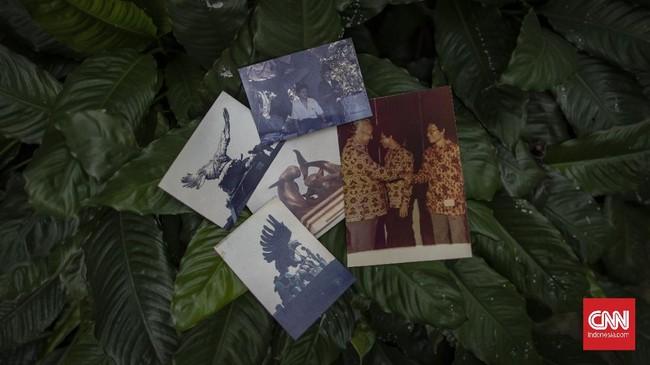 Foto arsip seniman patung, Azmir Azhari (67) di kediamannya di Kebon Jeruk, Jakarta, Jumat, 10 Juli 2020. Azmir adalah salah satu seniman patung realis yang ada di Indonesia, karyanya yang terkenal adalah patung Jenderal Sudirman yang berada di Purbalingga. CNN Indonesia/Bisma Septalisma