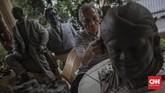 Seniman patung, Azmir Azhari (67) menyelesaikan pembuatan maket patung Didi Kempot di kediamannya di Kebon Jeruk, Jakarta, Jumat, 10 Juli 2020. Azmir adalah salah satu seniman patung realis yang ada di Indonesia, karyanya yang terkenal adalah patung Jenderal Sudirman yang berada di Purbalingga. CNN Indonesia/Bisma Septalisma