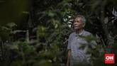 Seniman patung, Azmir Azhari (67) berpose di kediamannya di Kebon Jeruk, Jakarta, Jumat, 10 Juli 2020. Azmir adalah salah satu seniman patung realis yang ada di Indonesia, karyanya yang terkenal adalah patung Jenderal Sudirman yang berada di Purbalingga. CNN Indonesia/Bisma Septalisma