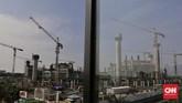 Aktivitas pekerja saat menyelesaikan proyek pembangunan Jakarta International Stadium (JIS) atau juga yang dikenal Stadion Bersih Manusiawi Wibawa (BMW). Jakarta, Sabtu, 11 Juli 2020. CNN Indonesia/Adhi Wicaksono