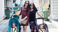 <p>Kebersamaan Ririn dengan Adira ketika liburan bersama keluarga. Adira juga dekat dengan adik-adik sambungnya lho. (Foto: Instagram @ririndwiariyanti)</p>