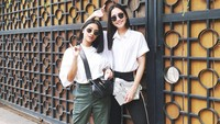<p>Gaya mereka kompak ya, Bunda. Serasi banget dengan pakaian bernuansa putih dan kacamata hitam. (Foto: Instagram @ririndwiariyanti)</p>