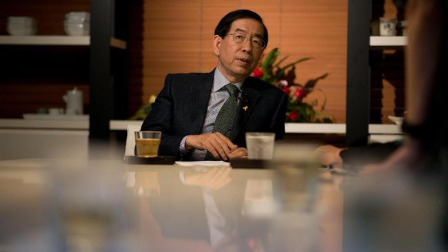 (FILES) This file photo taken on May 26, 2014 shows Seoul mayor Park Won-Soon attending an interview with AFP in Seoul. - Seoul's outspoken mayor Park Won-soon, long seen as a potential South Korean presidential candidate, was found dead on July 10, 2020, police said. He was 64. A former Seoul City employee filed a police complaint -- allegedly involving sexual harassment -- against him on July 8. Park's body was found on a mountain in northern Seoul, police said, after a search by hundreds of officers. (Photo by Ed JONES / AFP)