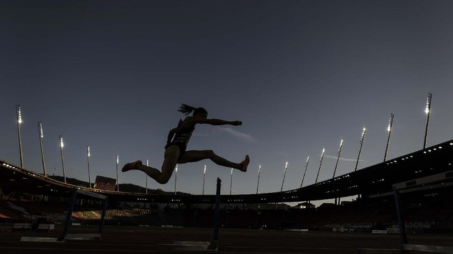 Switzerland's Lea Sprunger competes in the women's 300m hurdles, during the Inspiration Games exhibition event, being held remotely across different countries, at the Letzigrund Stadion in Zurich on July 9, 2020. - Switzerland hosts the event but athletes compete across the globe in a live streaming, due to the coronavirus pandemic (COVID-19). (Photo by Fabrice COFFRINI / AFP)