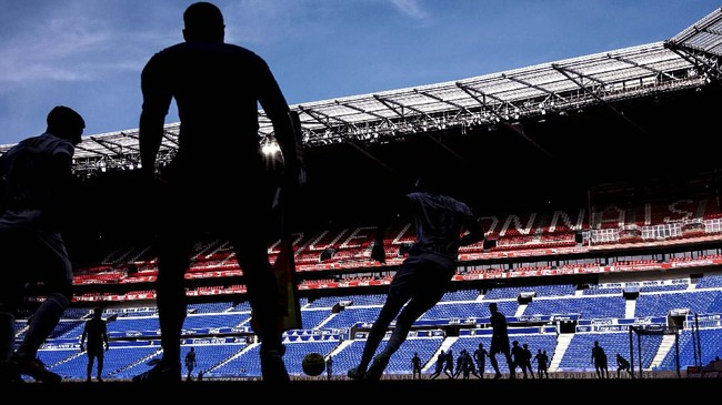 Players are pictured during the French friendly football match, Olympique Lyonnais (OL) vs OGC Nice (OGCN) at the Groupama stadium in Decines-Charpieu, central-eastern France, on July 4, 2020. - This match is played behind closed doors, due to COVID-19 measures. (Photo by JEFF PACHOUD / AFP)