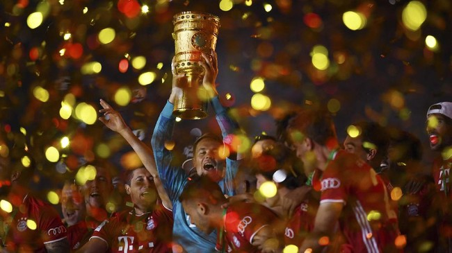 Bayern Munich's German goalkeeper Manuel Neuer raises the German Cup (DFB Pokal) trophy as he and his teammates celebrate winning the final football match Bayer 04 Leverkusen v FC Bayern Munich at the Olympic Stadium in Berlin on July 4, 2020. (Photo by ANNEGRET HILSE / POOL / AFP) / DFB REGULATIONS PROHIBIT ANY USE OF PHOTOGRAPHS AS IMAGE SEQUENCES AND QUASI-VIDEO.