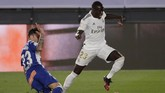 Real Madrid's Ferland Mendy, right, is blocked with penalty by Deportivo Alaves' Ximo Navarro, during the Spanish La Liga soccer match between Real Madrid and Deportivo Alaves at the Alfredo di Stefano stadium in Madrid, Spain, Friday, July 10, 2020. (AP Photo/Bernat Armangue)